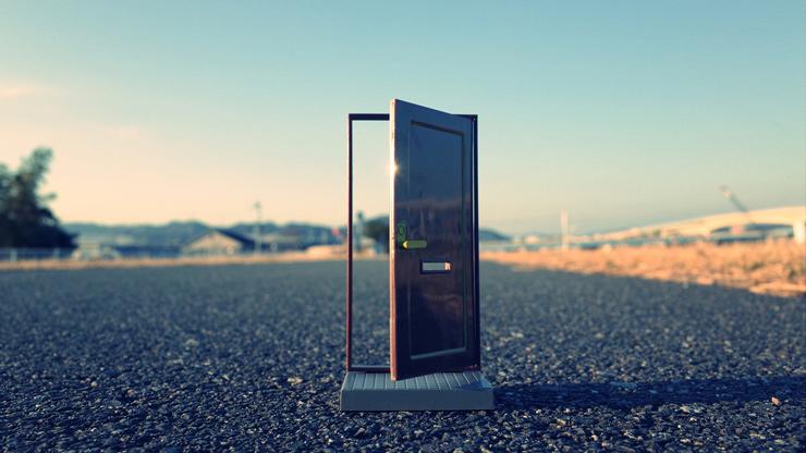 砂浜のドア