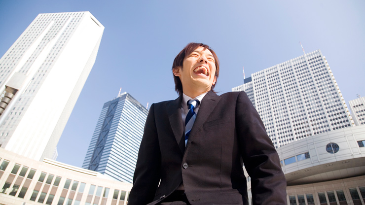 大きな口を開けて笑う男性