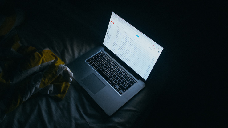暗い部屋でのパソコン仕事