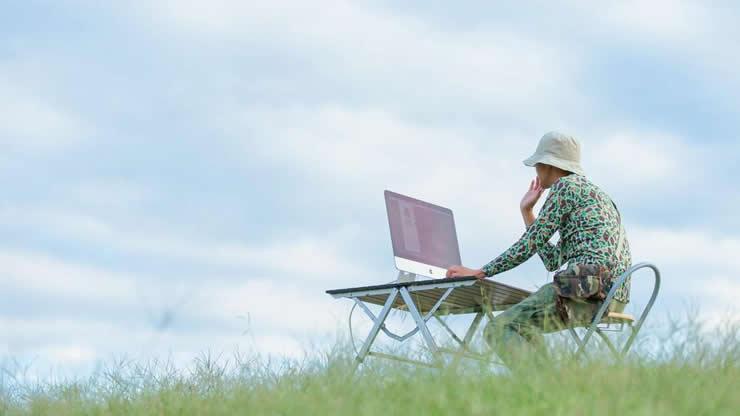草原でパソコン作業