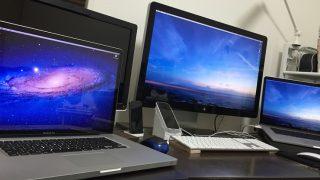 3台のパソコンが並んでいる