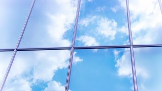 青い空にふわふわの白い雲