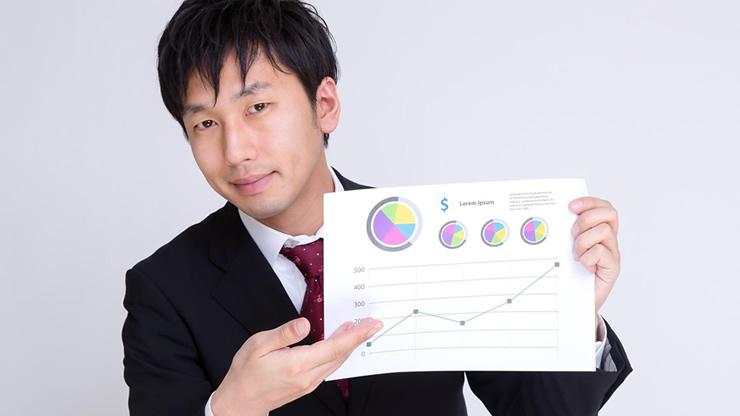 グラフを指し示す男性