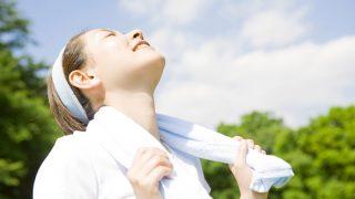 空を仰ぐ女性