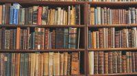 古書の並ぶ古書店