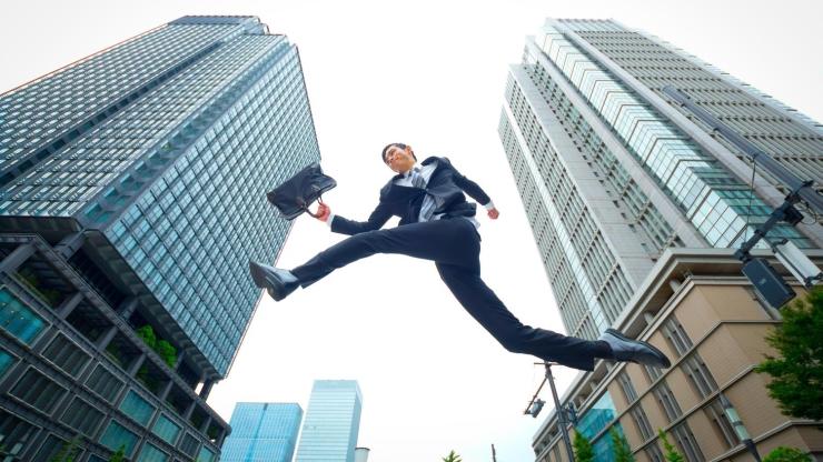 ビル街で跳躍する男性