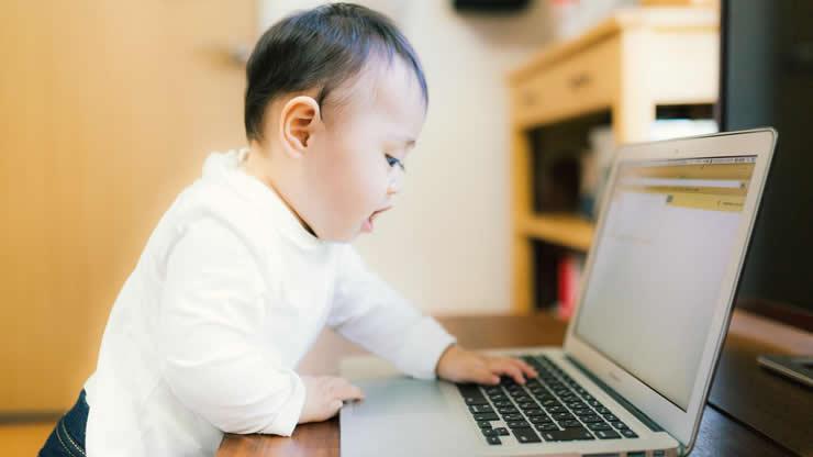パソコンで遊ぶ赤ちゃん