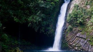 滝つぼへ激しく流れ込む滝