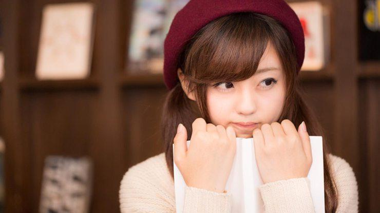 赤いベレー帽の女性
