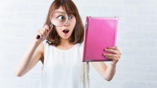 虫眼鏡で見て驚く女性