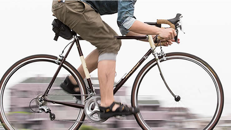 疾走するロードバイク