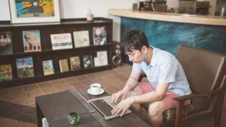 コーヒーショップで仕事する男性