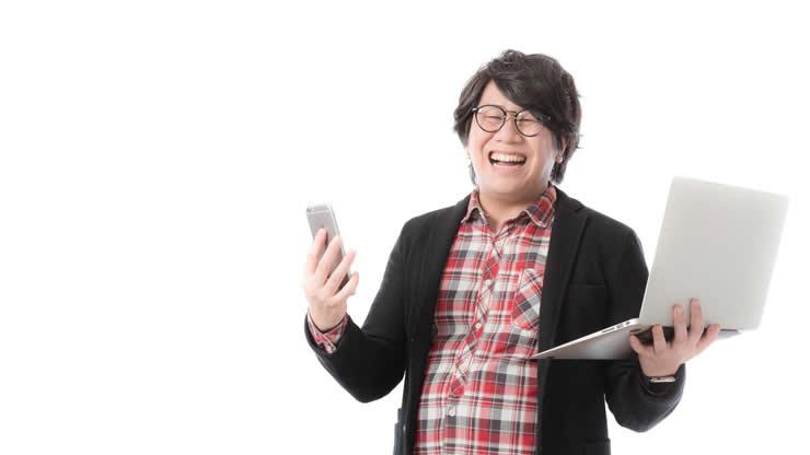 チェックのシャツを着た笑顔の男性