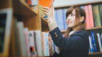 図書館で本を手にする学生