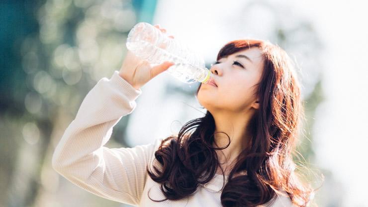 ごくごく水を飲む女性