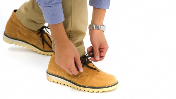 黄色い靴の紐を結ぶ手元