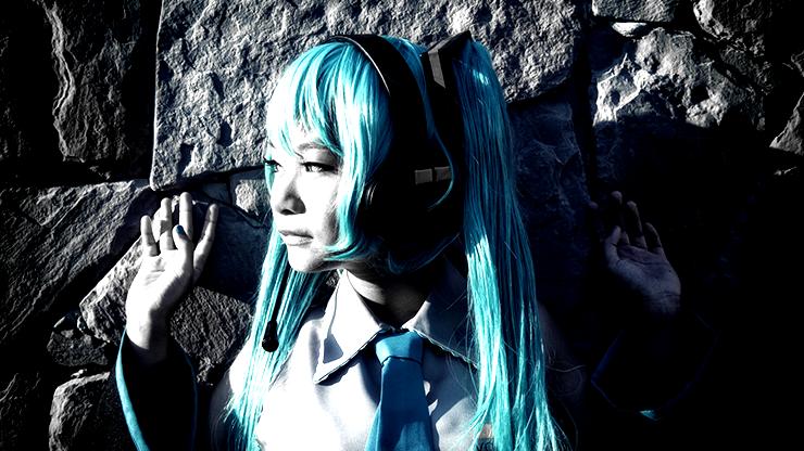 青い髪のコスプレイヤー