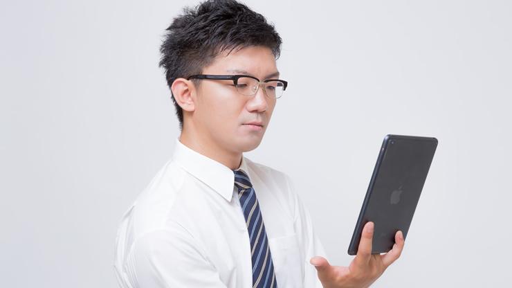 ブログを読む男性