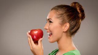 リンゴをかじる女性