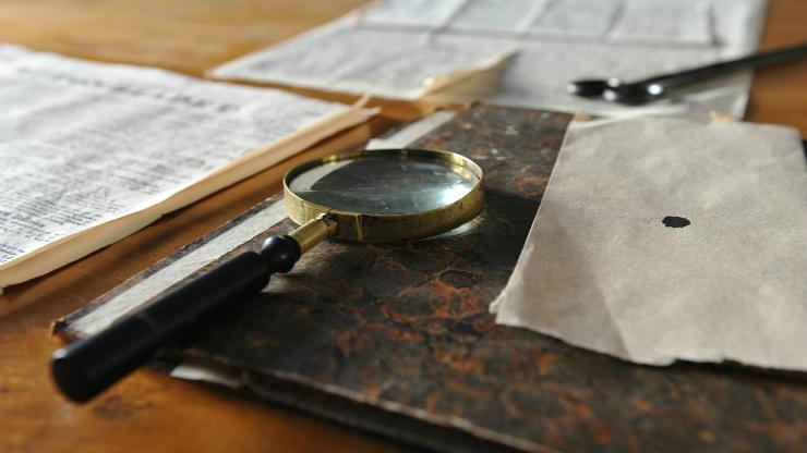 ルーペで古書を調べる