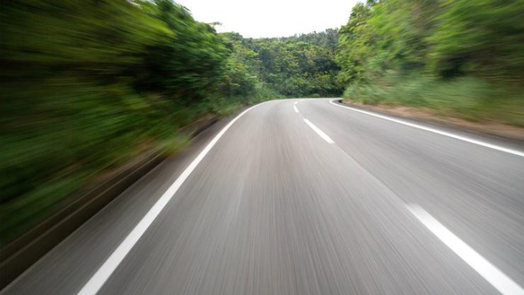 山間に伸びる道路