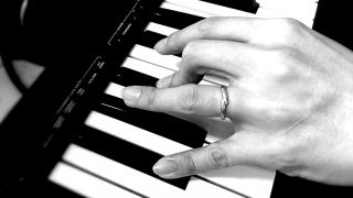 ピアノを弾く左手