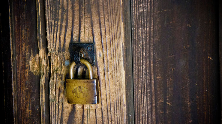 南京錠のかかった扉