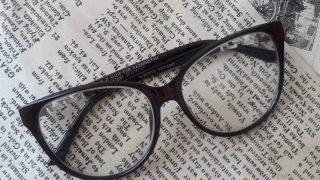 テキストがメガネのレンズで相対的にサイズ変化しているイメージ