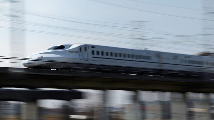 高速移動する新幹線