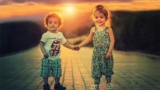 子供が手を繋いでいるイメージ
