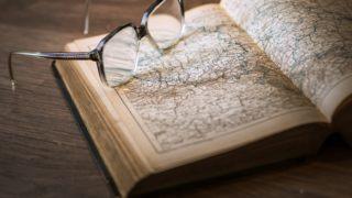 地図の梅にメガネが乗っている画像